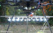 这台无人机有1000W LED灯,把夜晚都照亮了